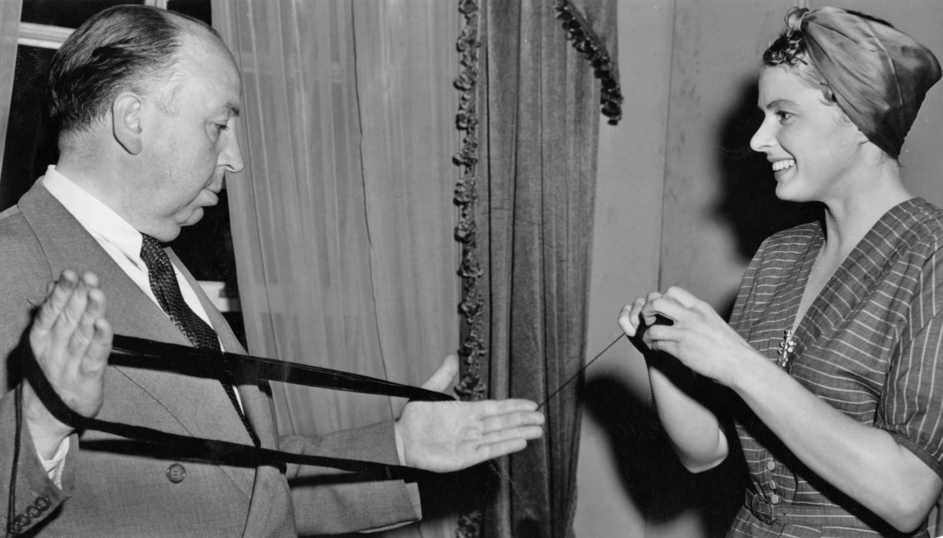 Hitchcock hjälper Ingrid Bergman med ett garnnystan (!) 1948.