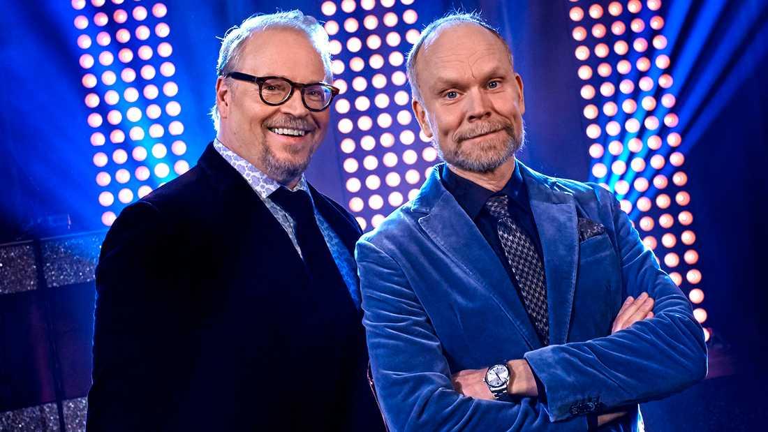 Domaren Fredrik Lindström (till vänster) och programledaren Kristian Luuk.