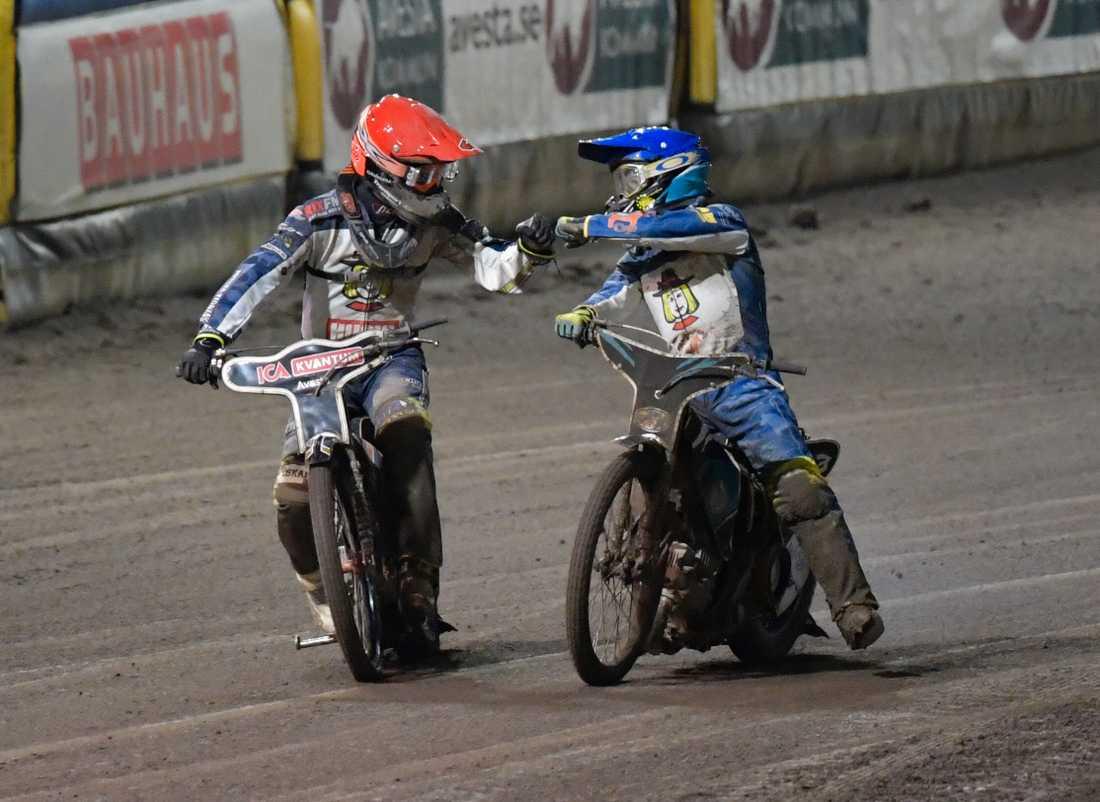 Masarnas Kim Nilsson (röd) och Vadim Tarasenko (blå) ordnade segern mot Indianerna i den första SM-finalen efter en femetta i det avslutande heatet.