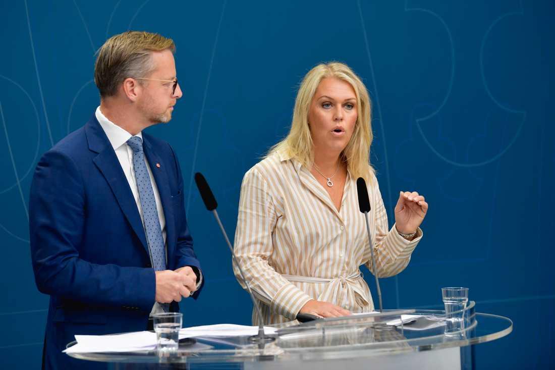 Inrikesminister Mikael Damberg (S) och socialminister Lena Hallengren (S) presenterar nya åtgärder för att bekämpa narkotika.