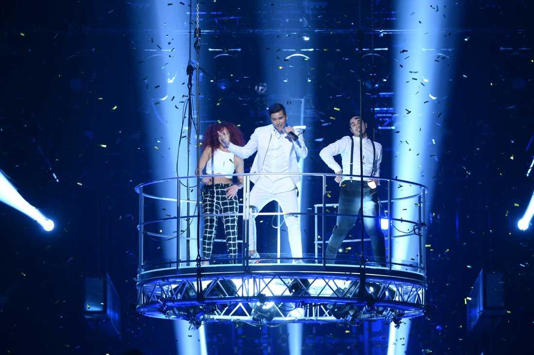 """Melodifestivalen 2015, """"Sting"""": Eric Saade och hans dansare svävar ut över publiken i en enorm hängande plattform."""