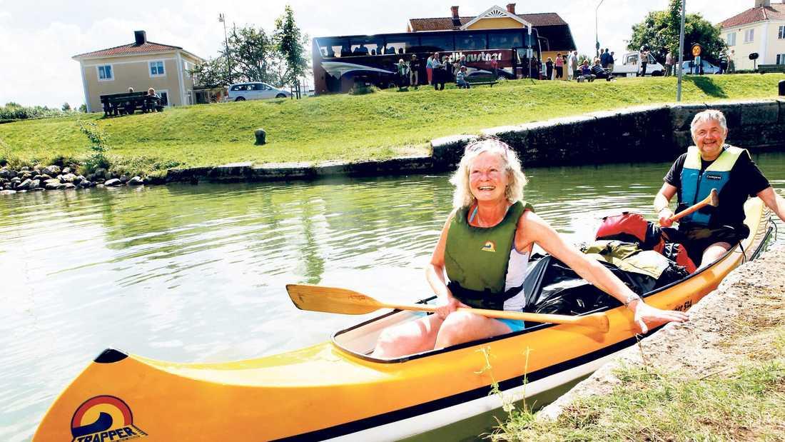 """Ulf och Greta Deinoff bor i Oslo men har valt att paddla på Göta kanal. """"Det passar oss att det är en lugn sträcka och inga stora vågor."""""""