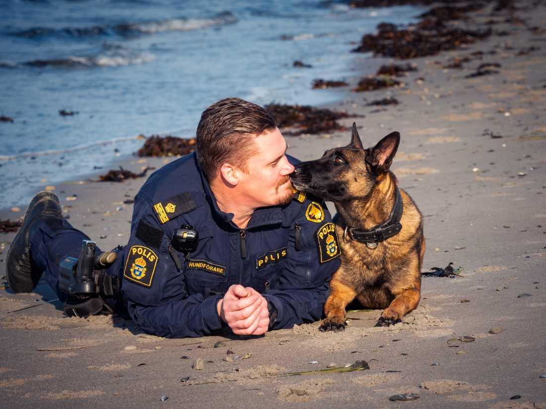 Tobias Hjalmarsson och årets polishund Bella.