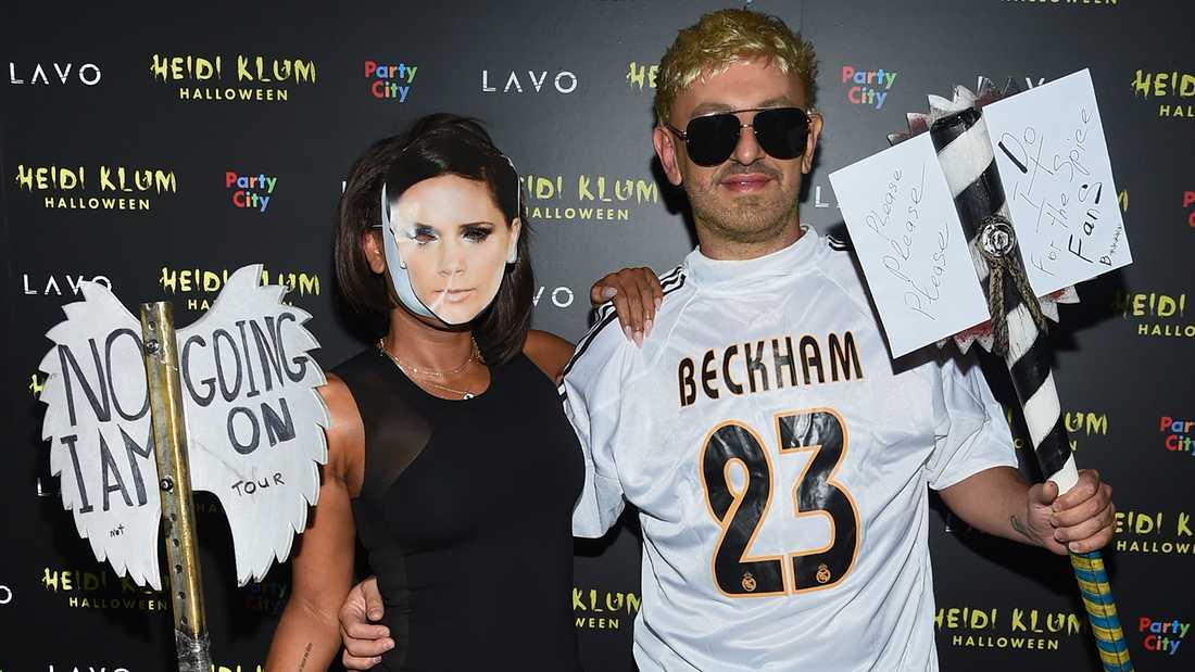 Mel B och pojkvännen Gary Madatyan  dök upp på en Halloweenfest i New York klädda som Beckham och Mel B passade på att ge Victoria en känga med sin skylt.