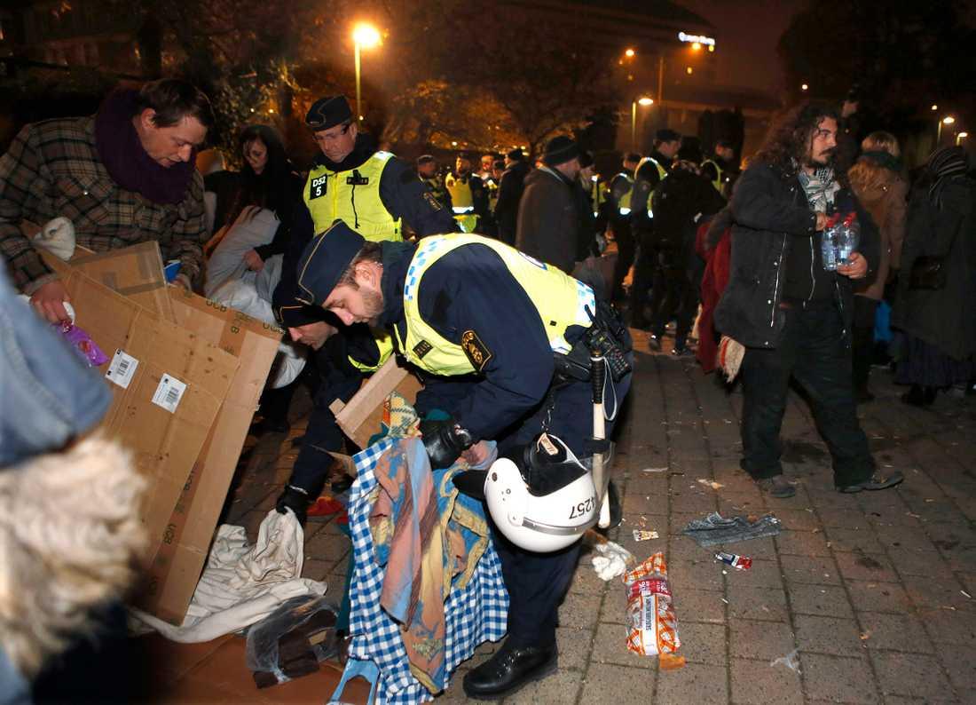 Efter att ha informerat de protesterande EU-migranterna utanför stadshuset i Malmö om att madrasser och andra skrymmande tillhörigheter måste bort började polisen avlägsna folk från platsen.