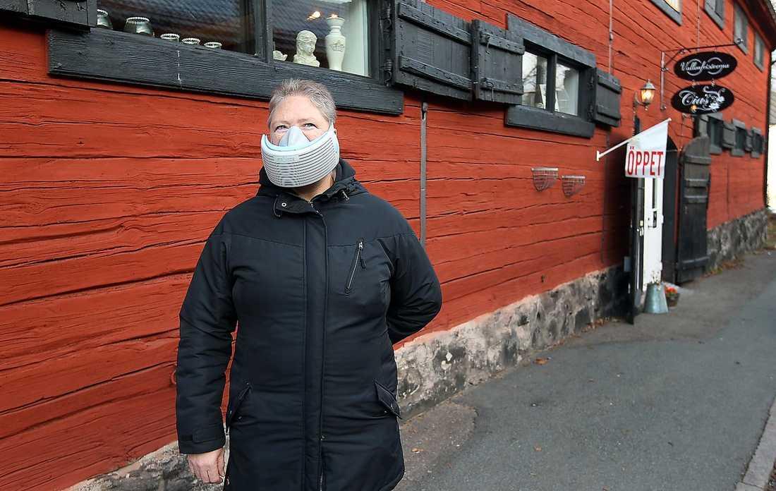 Lena Nilsson med mask.