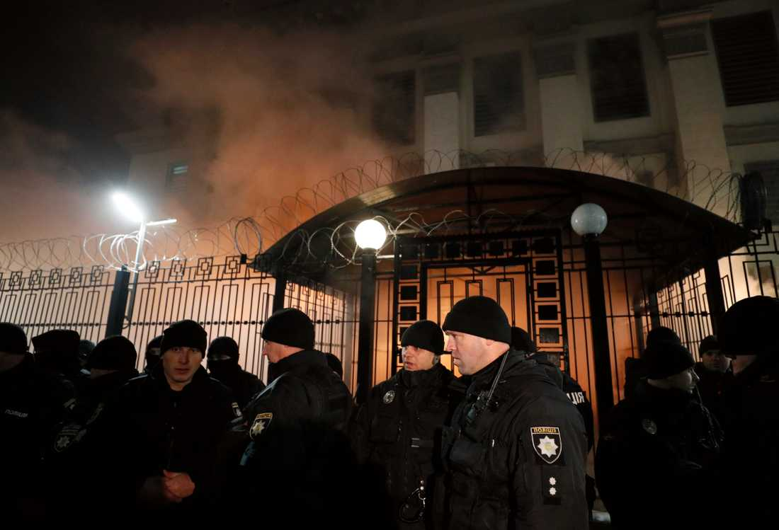Poliser har ökat närvaron kring ryska ambassaden i Kiev.