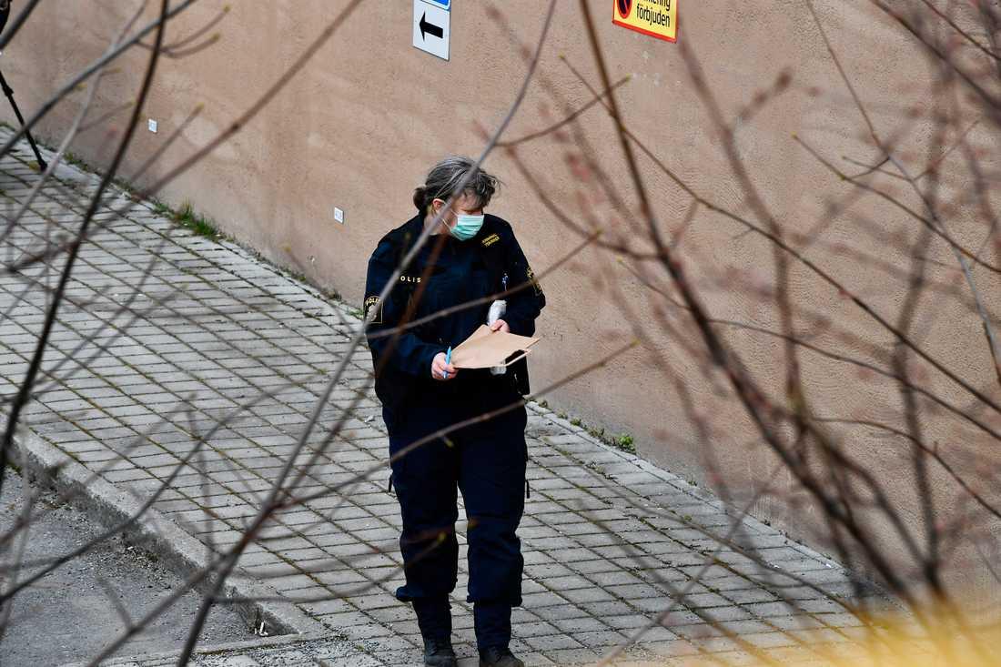 Männen hittades mördade i en källarlokal.