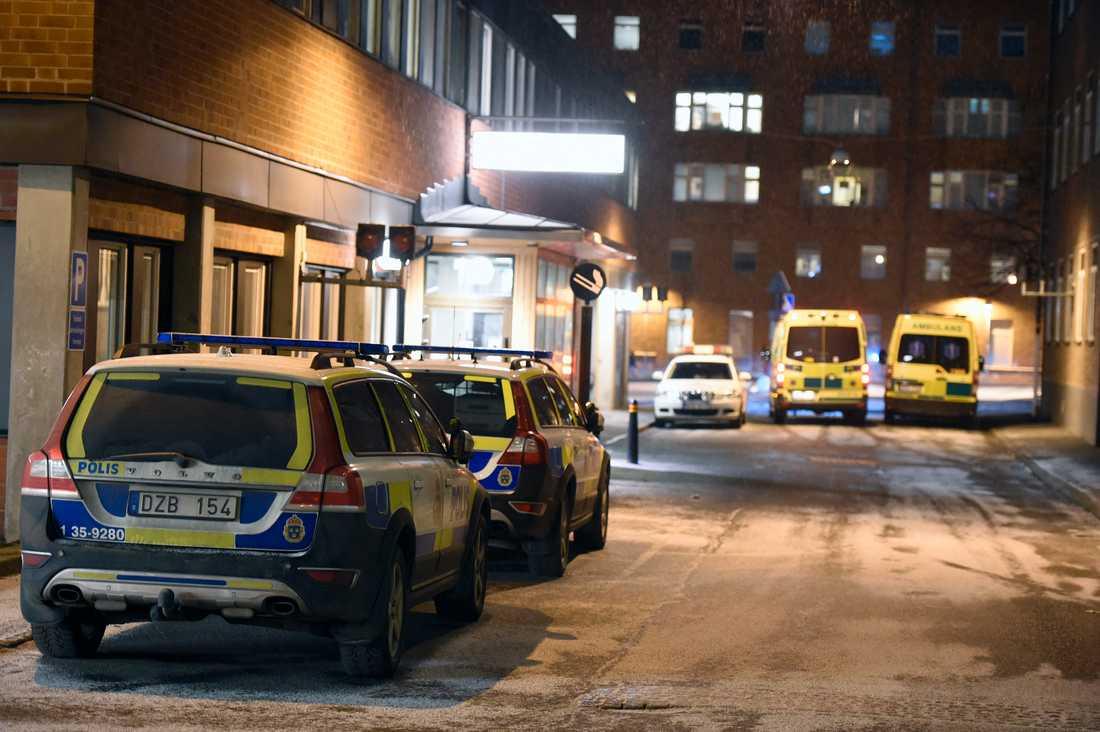 Polisbevakning vid Karolinska sjukhuset där den skjutne mannen vårdas.