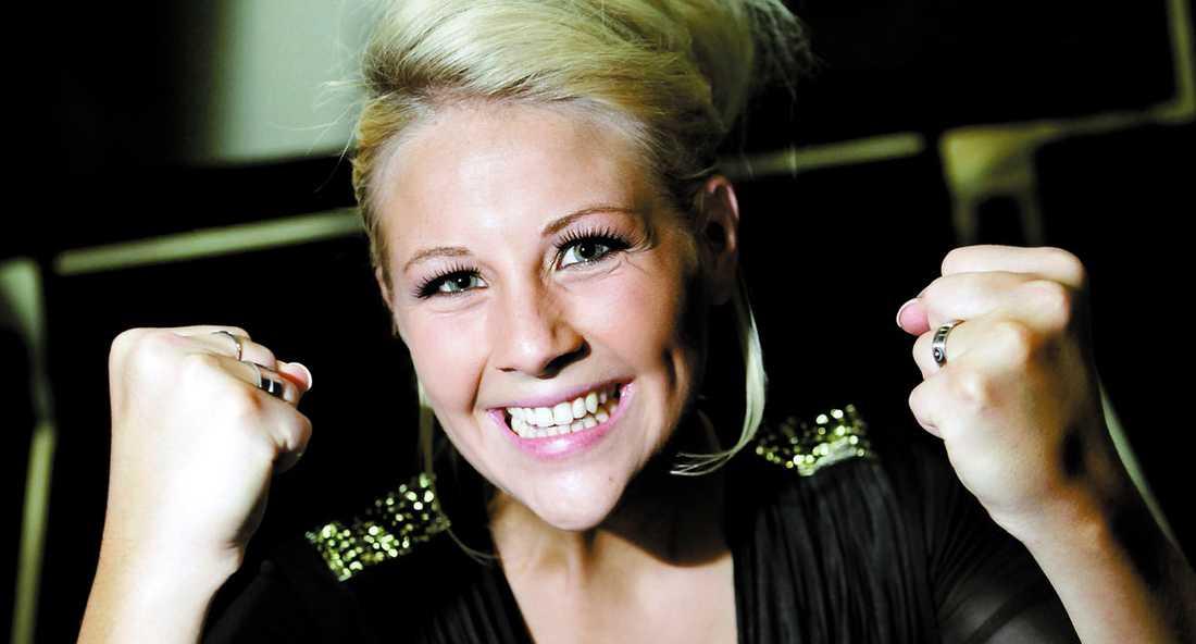 """Glädjen visste inga gränser när Camilla Håkansson fick beskedet att tittarna vill ha kvar henne i """"Idol""""."""
