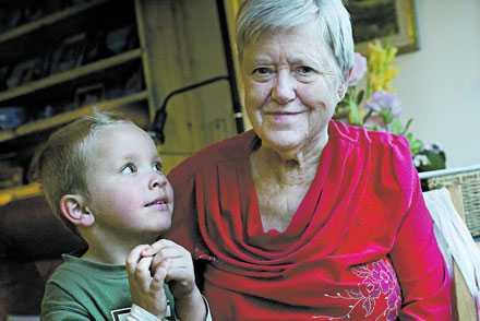 Gulli Johanson blev sjuk av sin medicin. Hon fick svårt att gå, demensproblem och blev sängliggande. När hon slutade med pillren blev allt snabbt bättre. Här är barnbarnsbarnet Noah Wickman, 4, på besök på ålderdomshemmet.