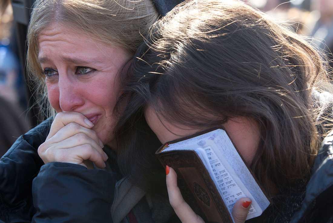 Sörjande vid begravningen av terroroffer i Jerusalem.