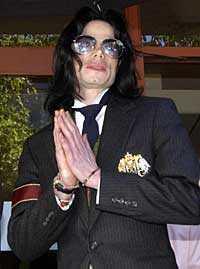 """Michael Jackson uppges kämpa mot """"fruktansvärda smärtor"""". Men han är är övertygad om att han kommer att gå fri från anklagelserna om sexuella övergrepp."""