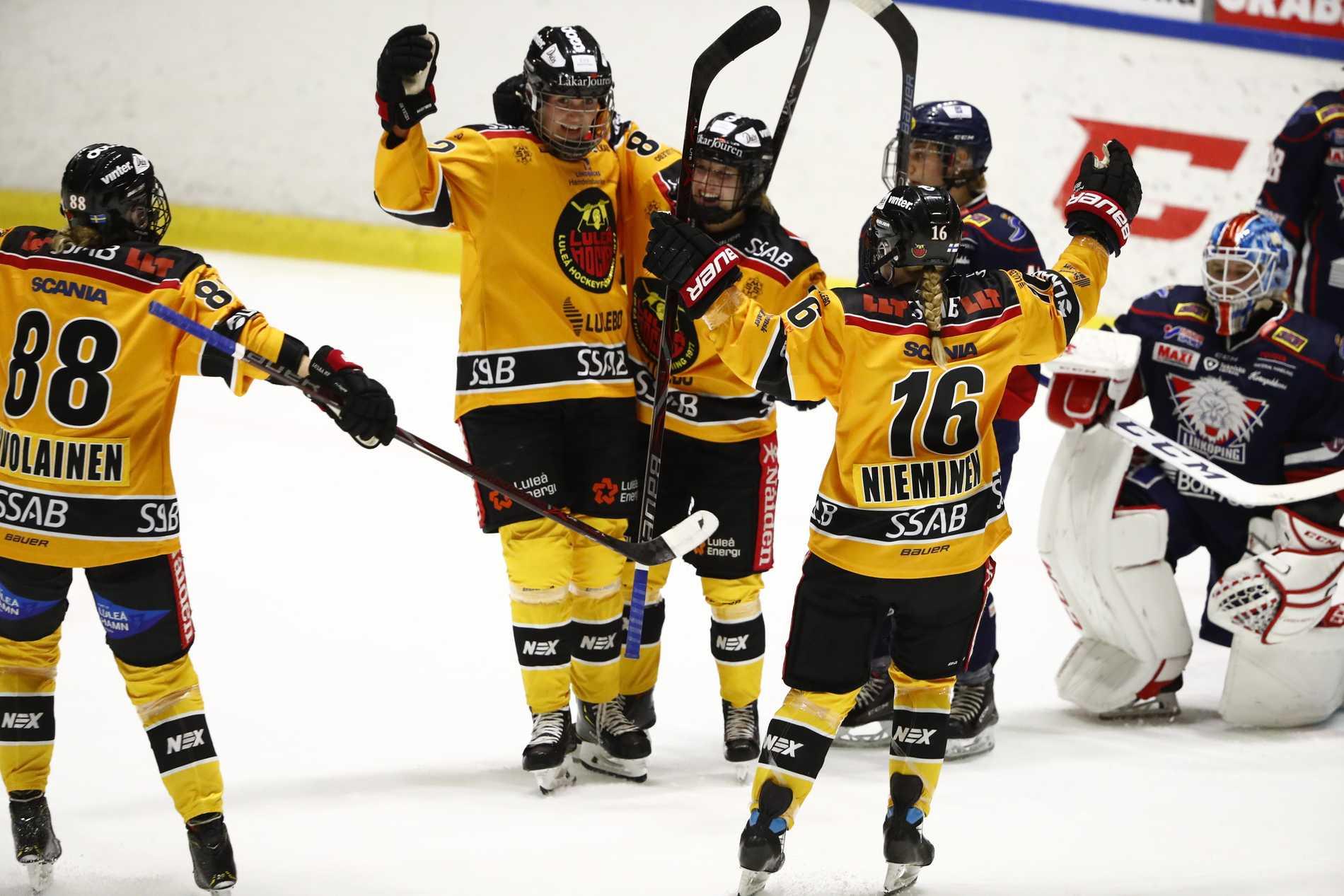 Luleås Nathalie Ferno (C) jublar efter 0-2-målet under fredagens ishockeymatch i SDHL mellan Linköping HC och Luleå HF på Stångebro ishall.