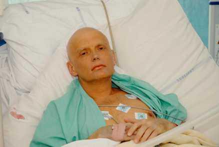 """""""DE JÄVLARNA FICK MIG"""" Den ryske storspionen Alexander Litvinenko, 43, kämpade i 23 dygn för sitt liv. Sent i går kväll avled han på ett sjukhus i London – och dödsorsaken är fortfarande okänd för läkarna. Strax innan Alexander Litvinenko dog sa han till en filmare: """"De jävlarna fick mig, men de kan inte ta alla."""""""
