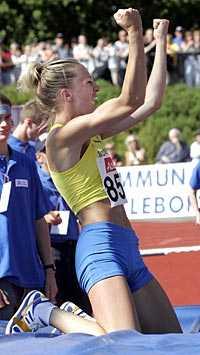 Yes! Kajsa Bergqvist knöt nävarna efter nya jättehoppet. 2,01 i Gävle betyder nytt världsårsbästa - och visst är Kajsa ett VM-hopp på allvar igen efter skadeproblemen.