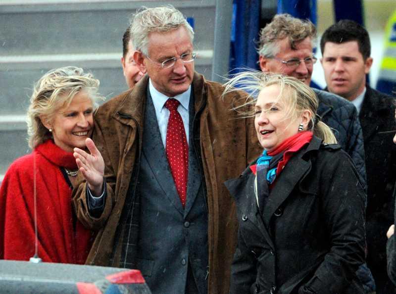 Makarna Anna Maria Corazza Bildt och Carl Bildt välkomnade Hillary Clinton på Arlanda flygplats i ösregnet.