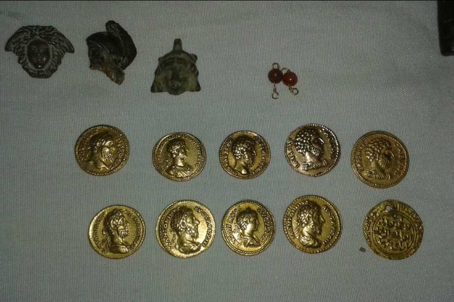 Smugglarna skickar fotografier på antikviteterna de erbjuder att sälja. Bilderna visar dussintals antikviteter, allt från tusenåriga guldmynt till antika statyetter, ottomanska svärd samt smycken och krukor.