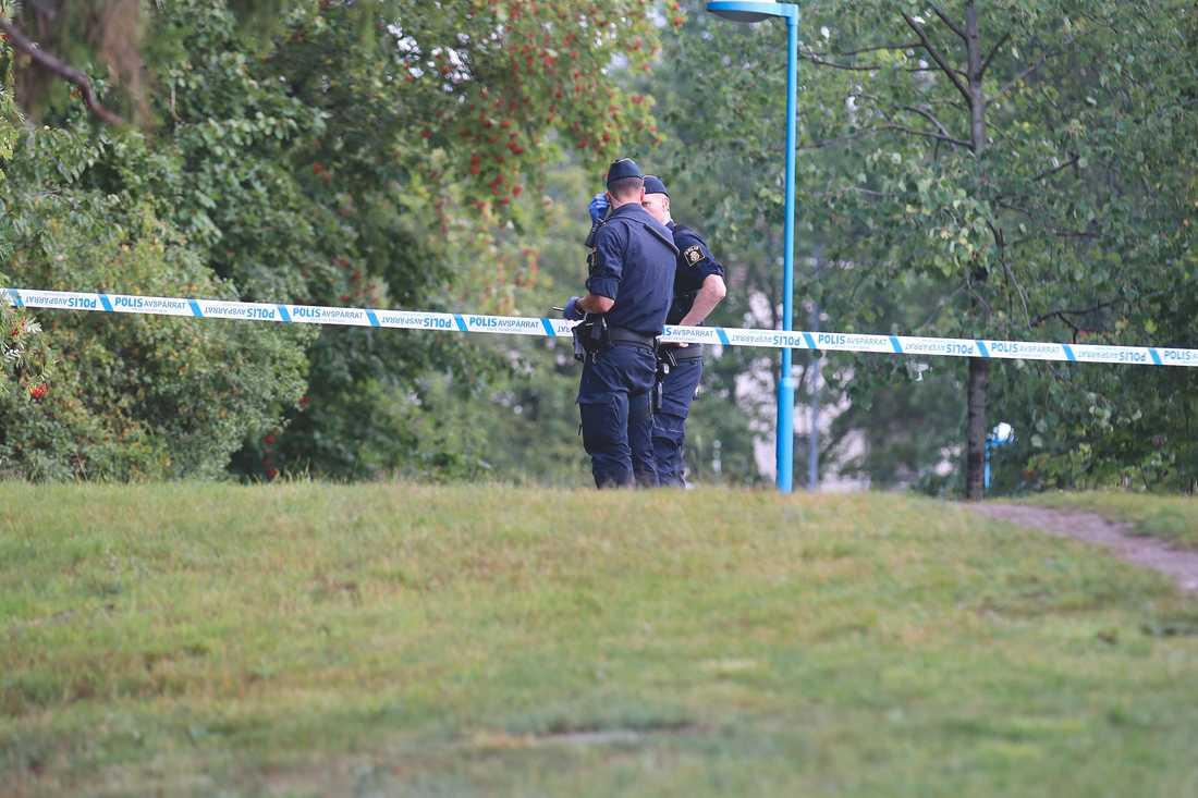 Polisen på plats i Tensta där en man hittats död.