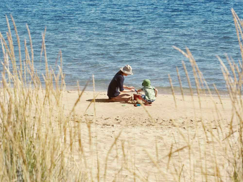 En sandstrand är lycka på semestern.
