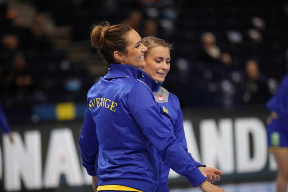 Sveriges Sabina Jacobsen (vänster) har opererat knät, men ska hinna bli spelklar till EM i Frankrike. Arkivbild.