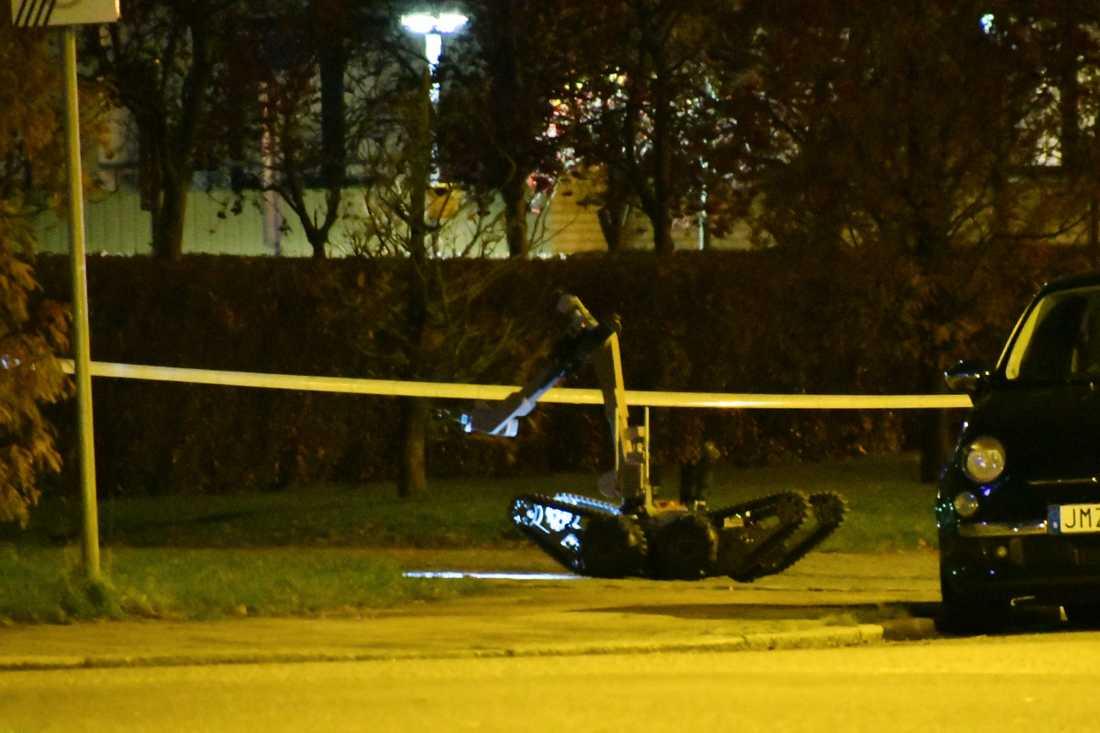 Polisen använde en bombrobot för att ta hand om ett misstänkt föremål.