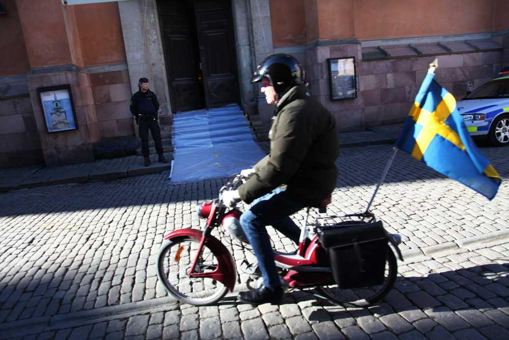 En man hade fäst en svensk flagga på sin moped till den stora dagens ära.
