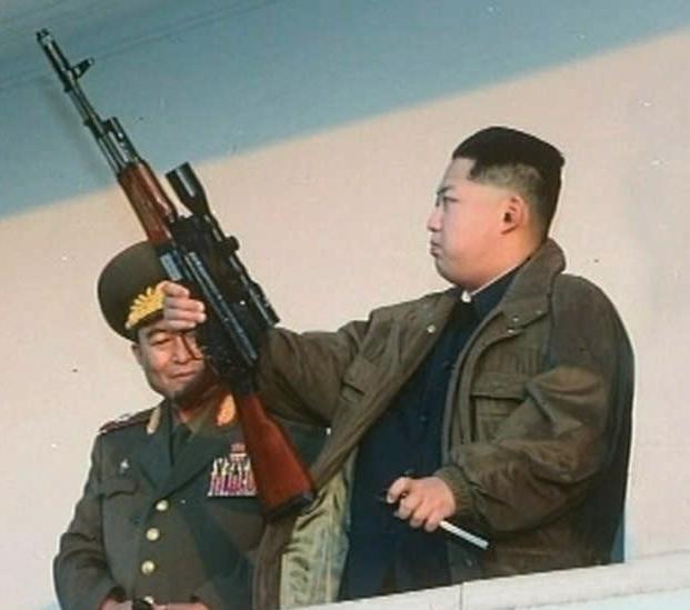 Kim Jong Un inspekterar ett vapen.