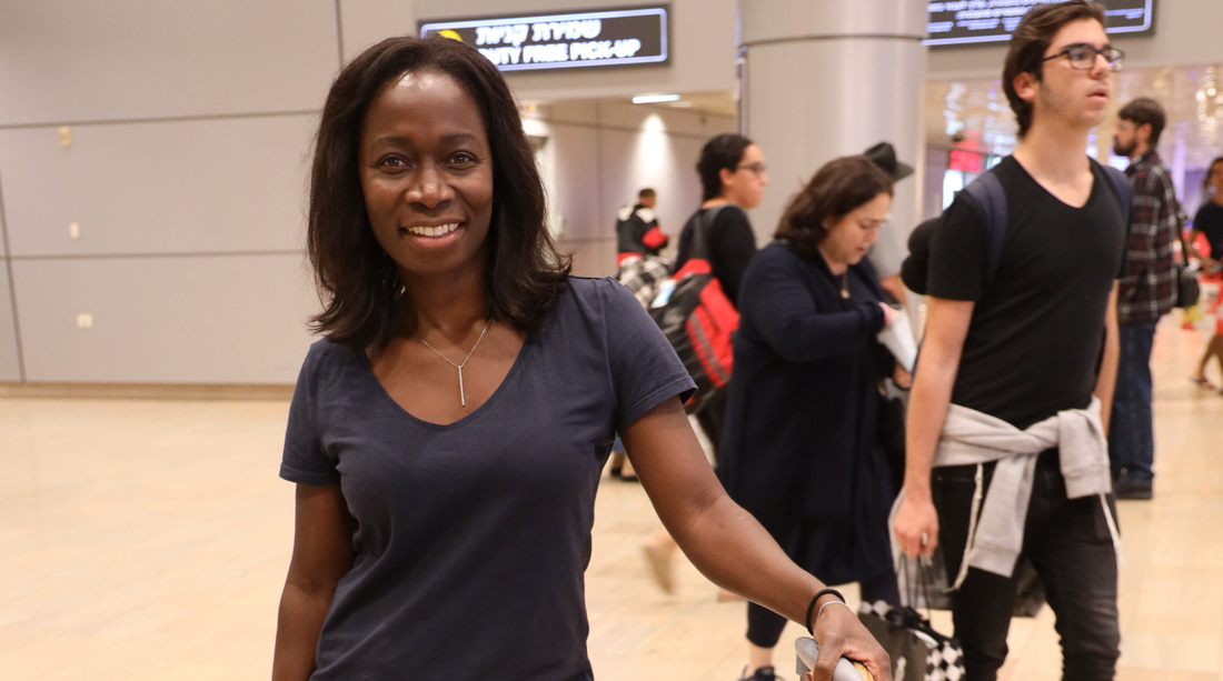 L-ledaren Nyamko Sabuni landar i Tel Aviv.