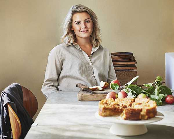 """""""Mina kakor är väldigt onyttiga, men att fika innebär för mig att unna mig något riktigt gott och onyttigt. En rawboll kan jag ta till mellis. Enligt mig ska det inte vara någon skillnad i """"unna sig faktor"""" på veganska och klassiska bakverk"""", säger Frida Svanberg."""