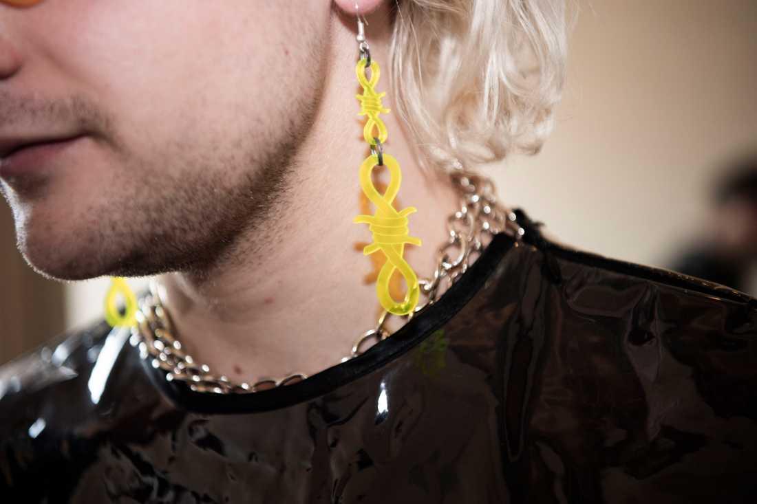 """Under intervjun bär de kläder och accessoarer från det palestinska klädmärken Trashy Clothing: """"Vi har köpt dem online""""."""