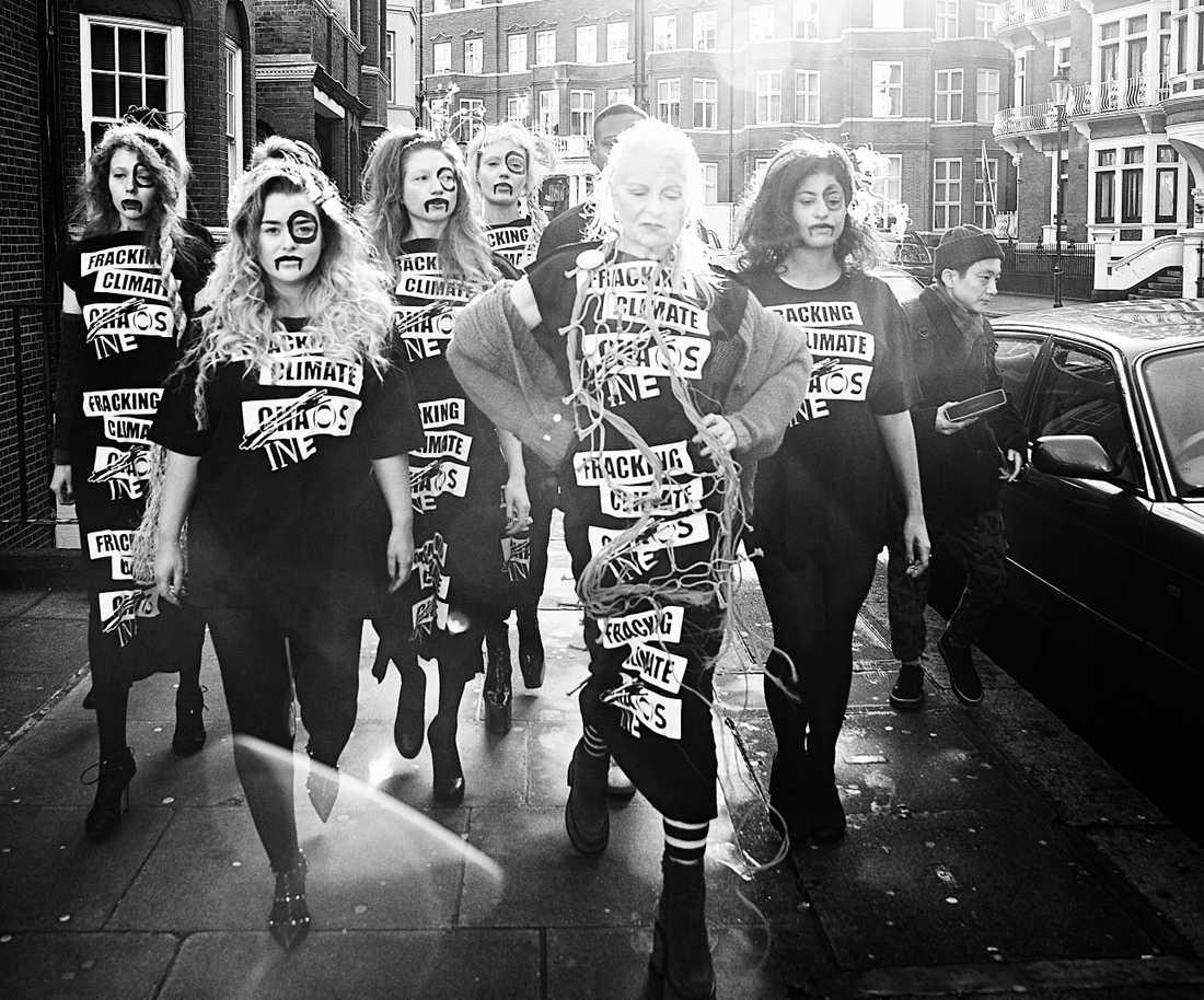 Vivienne Westwood på streetwalk med modeller utanför INEOS huvudkontor, London 2014.