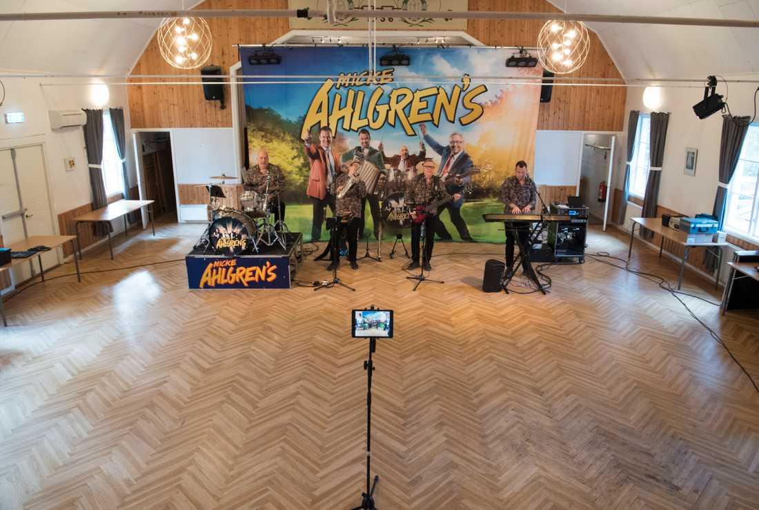 Dansbandet Micke Ahlgrens uppträder utan publik i en Bygdegård utanför Enköping. Arkivbild.