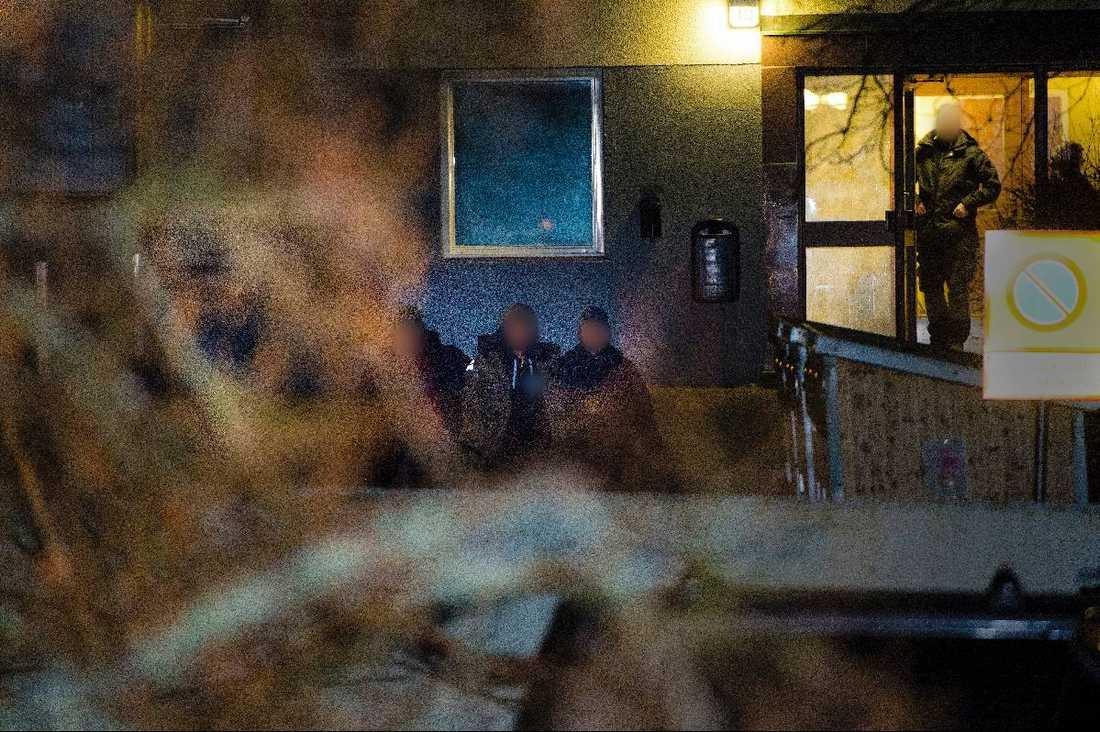 TILLSLAG 3 (Stora bilden) 01.30 - Insatsstyrkan slår till mot en hyreslägenhet i Vårberg. Polisen tar med en man till förhör med anledning av rånet.