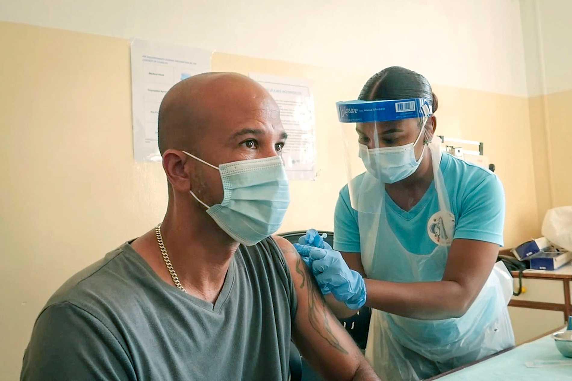 En man får vaccin i huvudstaden Victoria.