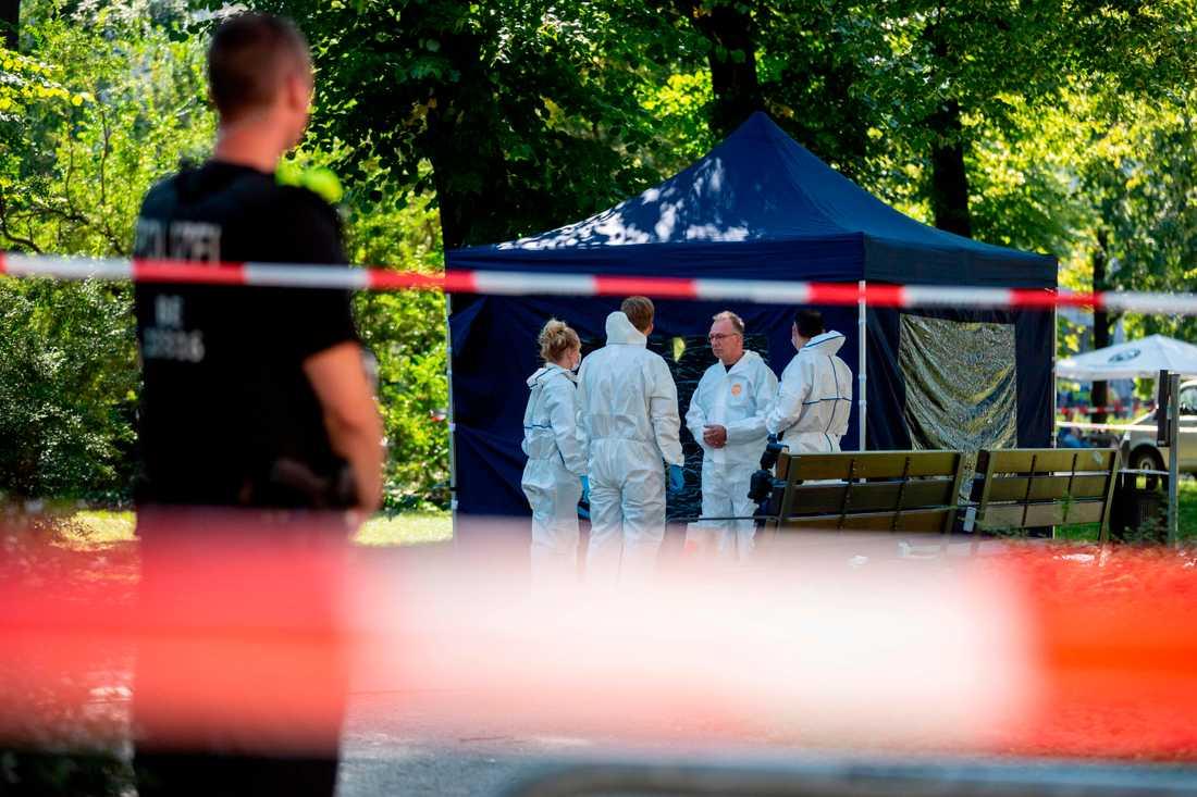Polisens tekniker vid parken där en georgisk man sköts till döds i somras.