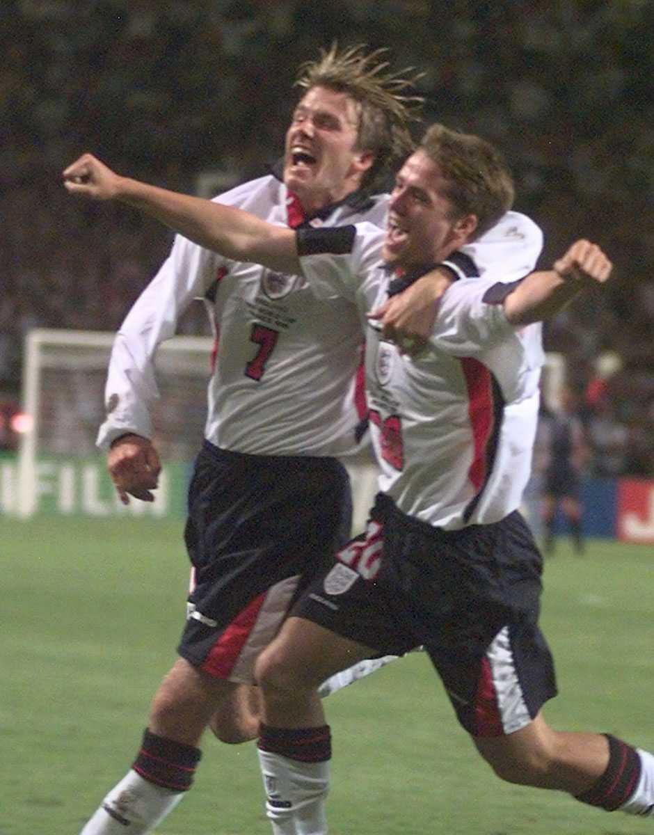 David Beckham och Michael Owen jublar i 2-1-matchen mot Rumänien i fotbolls-VM 1998.