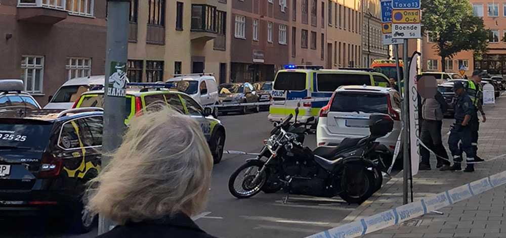 Två personer greps efter att en person knivhuggits i centrala Stockholm.