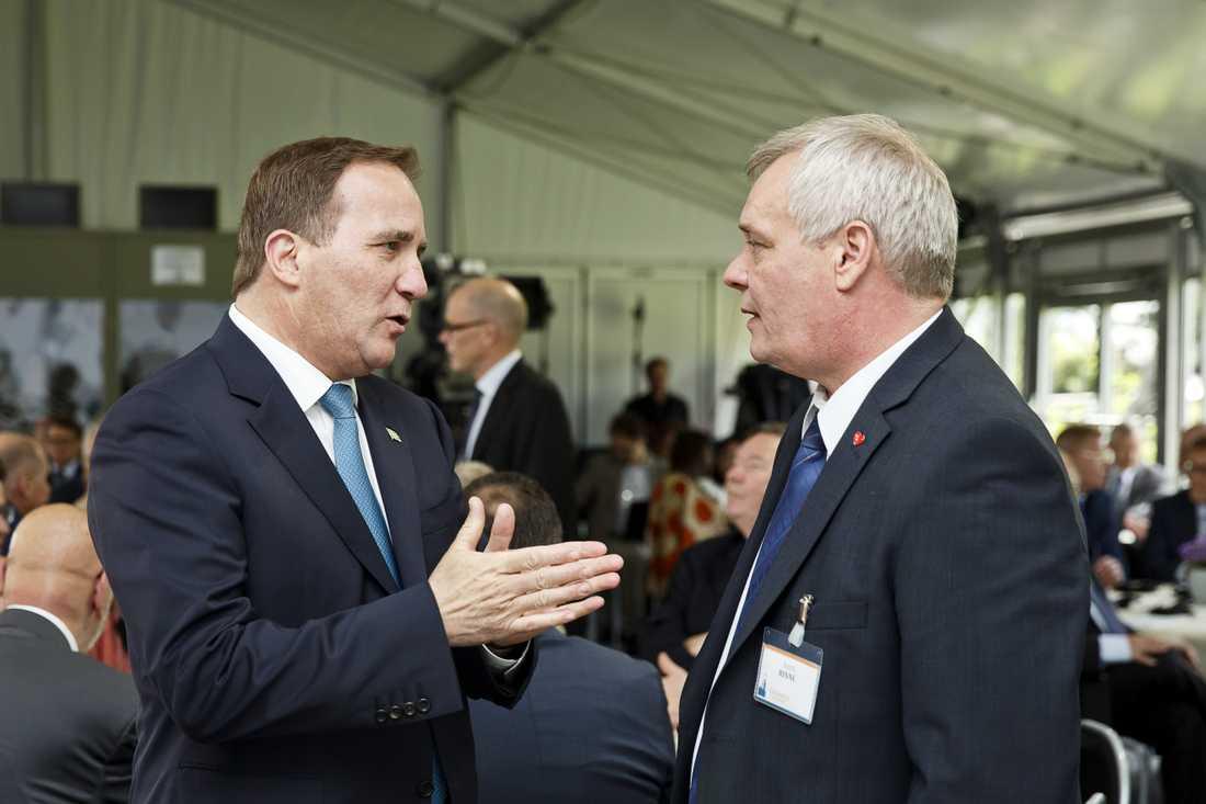 Antti Rinne, här tillsammans med Sveriges statsminister Stefan Löfven, ser ut att bli valets vinnare i Finland.