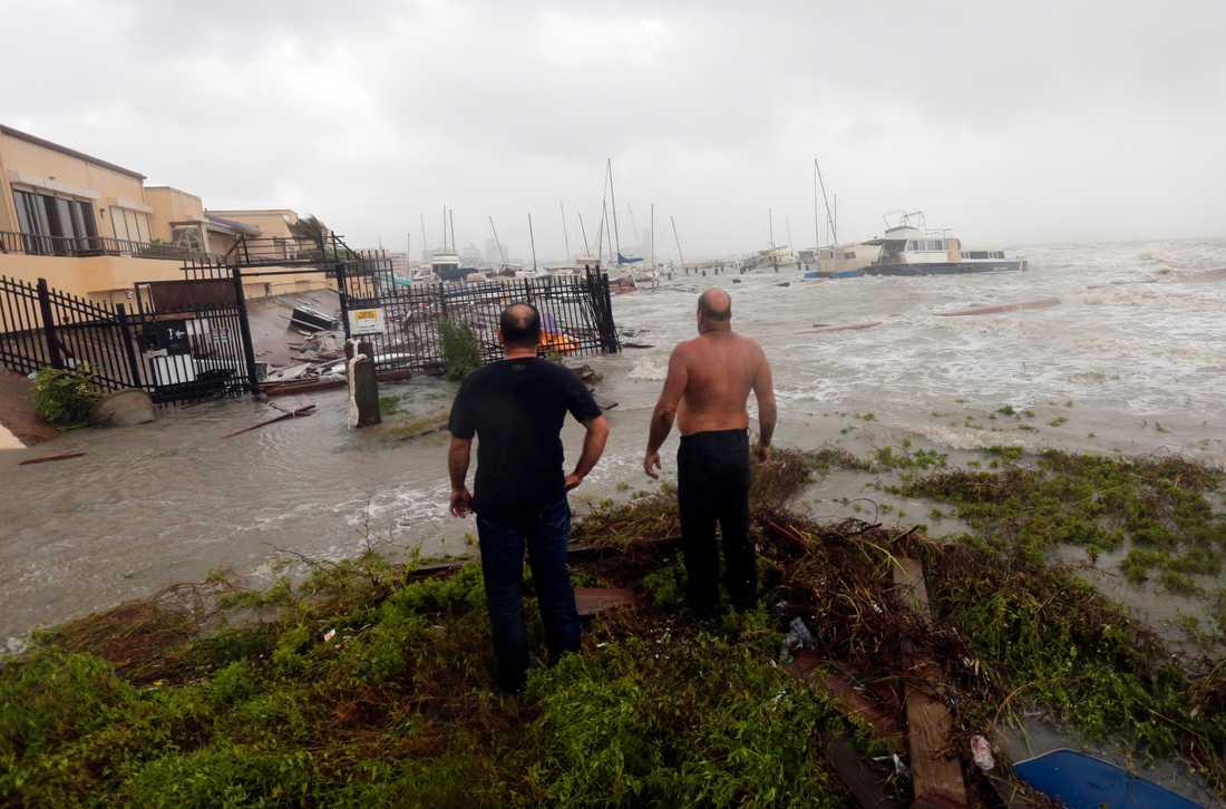 Båtägare i Corpus Christi undersöker hur stora skador båtarna fått efter att ovädret Hanna nått land.