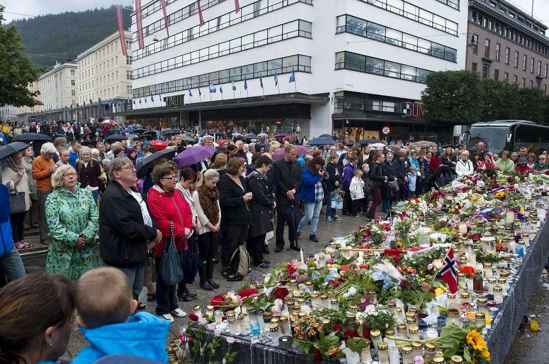 BERGEN, 12.00 Tusentals människor samlades i den norska staden Bergen i går för att hedra terrorattackens offer med en tyst minut. Samma sak skedde på många andra platser i Norden.