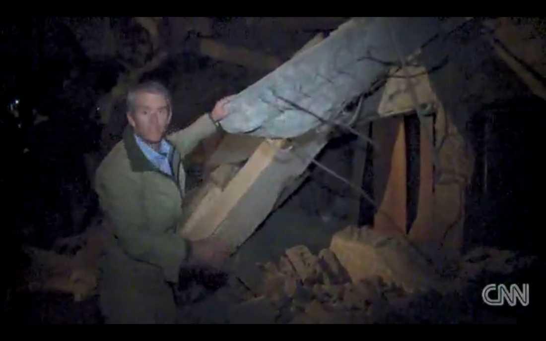 CNN:s reporter Nic Robertson och andra journalister bjöds in till Gaddafis palats – för att ovetande agera mänsklig sköld mot en missilattack.