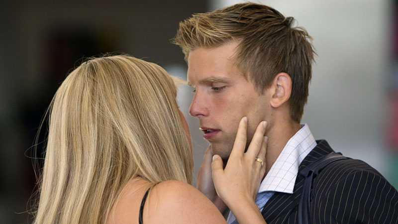 Svensson tröstas av flickvännen Emma Johansson efter förlusten mot Holland i kvartsfinalen.