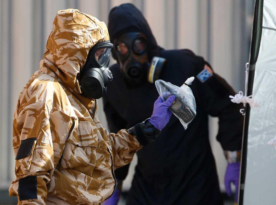 Tekniker undersöker flera områden i Salisbury, sedan flera personer insjuknat efter att ha kommit i kontakt med nervgiftet.
