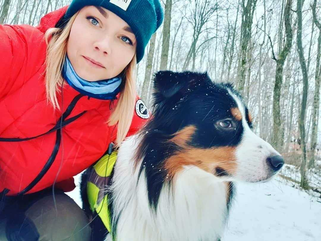 Sabine och hunden Brasse åker ut till en stuga för att slippa nyårsraketerna.