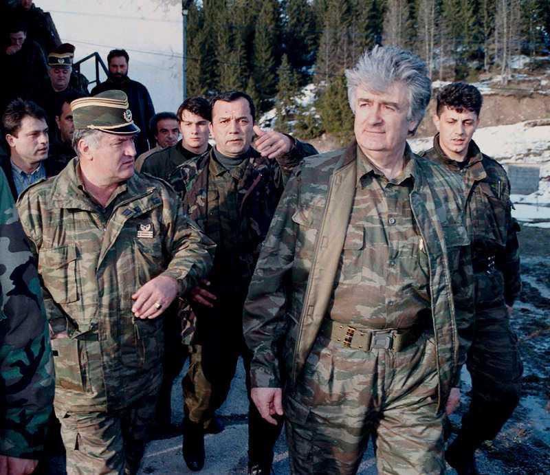 Radovan Karadzic (andra från höger) tillsammans med Ratko Mladic (andra från vänster) på en arkivbild från 1995.