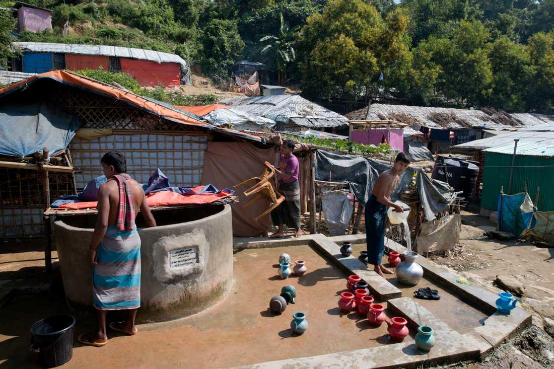 Rohingyer hämtar vatten från en brunn vid flyktinglägret i närheten av Cox's Bazar i november.