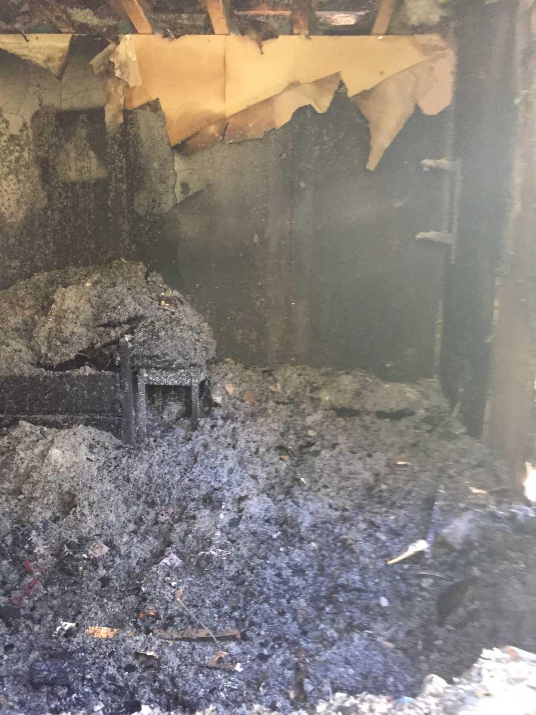 Så här ser dotterns rum ut efter branden som spred sig till resten av huset.
