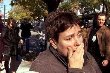 """oro och förtvivlan En kvinna i bostadsområdet Rockaway i Queens, New York, kan inte dölja sin skräck och förfäran när American Airlines flight 587 kraschat alldeles i närheten. Precis som så många andra amerikaner kan hon inte låta bli att tänka """"Inte en gång till""""."""
