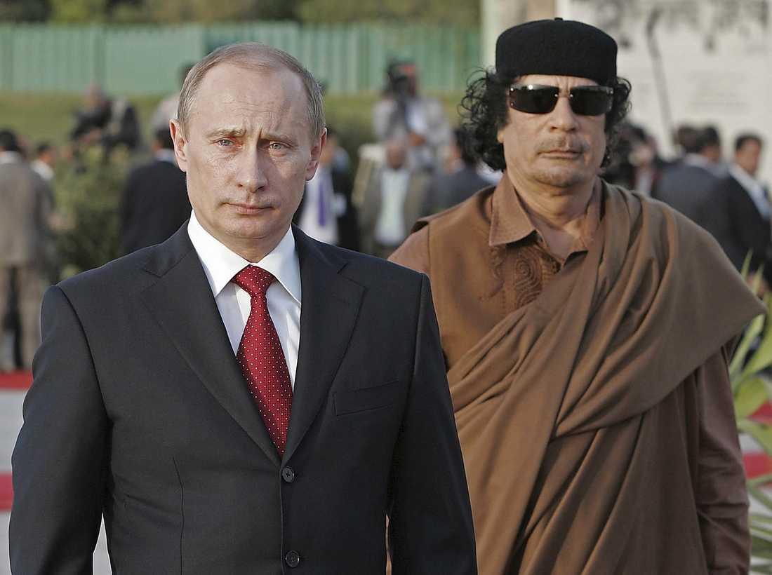 Tar emot besök av Rysslands president Vladimir Putin.